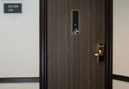 Designfolie til hotel - fornyelse af dør til trappeopgang